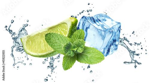 kostki-lodu-liscie-miety-plusk-wody-i-limonki-na