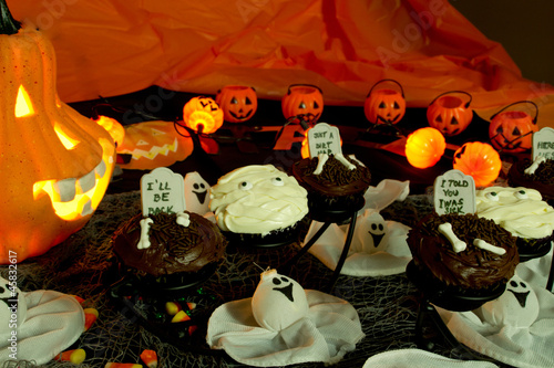 Halloween cupcakes with ghosts and tombstones