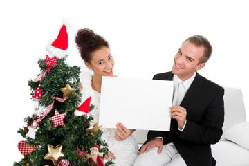 Junges Paar wünscht Frohe Weihnachten
