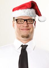 Mann mit Weihnachtsmütze guckt komisch