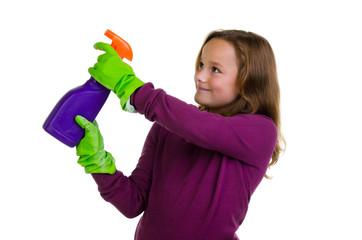 Mädchen spielt mit Putzutensilien