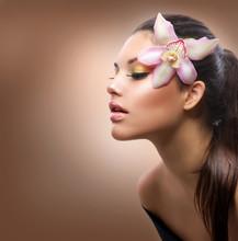 Portret piękna. Piękny stylowy dziewczyna z kwiatu orchidei