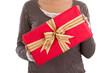 Ein rotes Weihnachtsgeschenk mit goldener Schleife