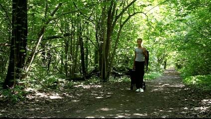 Девушка идёт по лесной тропинке