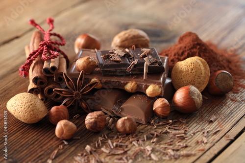 verschiedene Schokoladensorten mit Zutaten