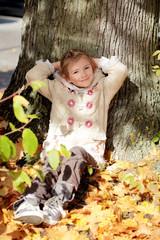 Mädchen ruht sich aus und genießt sie Sonne