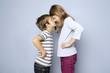 Zwei Kinder, Junge und Mädchen, haben Streit