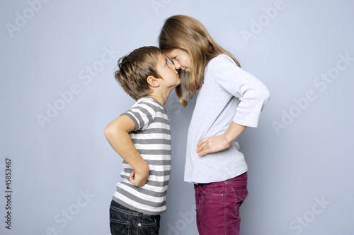 Zwei Kinder, Junge und Mädchen, haben Streit - 45853467