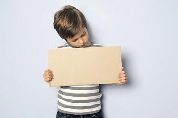 Kind guckt auf ein Schild mit Textfreiraum