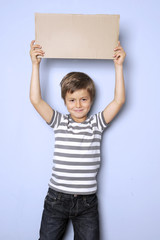 Ein Kind hält ein Schild hoch mit Textfreiraum