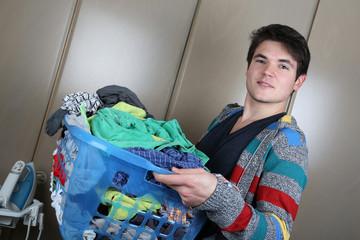Mann mit einem Korb Wäsche