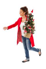 Junge Frau an Heiligabend mit Weihnachtsbaum