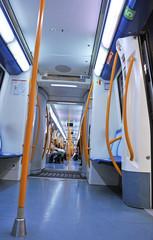 Interior de un vagón de metro, underground
