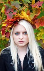 Herbstelfe mit blonden Haaren