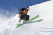 Skifahrer springt über eine Wächte