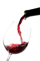 Llenando la copa de vino