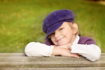 Kleine Dame mit Lila Hut