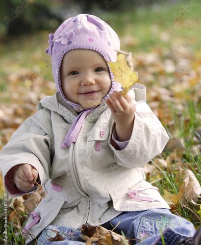 dziecko i jesień, niemowle w liściach