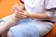 Pflegerin behandelt fuss einer Patientin