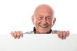 Senior hält Werbeschild