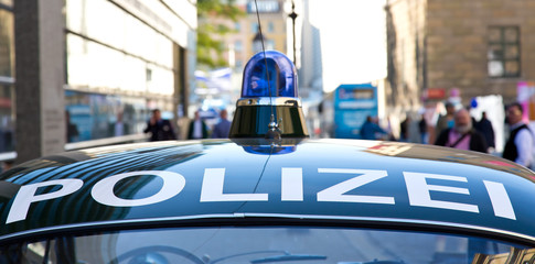 Altes Polizeiauto mit Blaulicht im Großstadt Einsatz