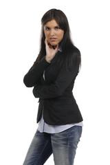 Junge Frau im Bürooutfit schaut besorgt