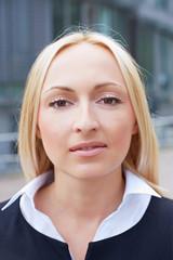 Portrait einer blonden Geschäftsfrau