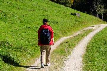 Frau mit roter Jacke beim wandern