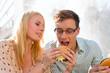 Paar hat Hunger und isst Burger in Pause