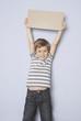 Kind streckt sich und hält ein Schild hoch