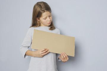 Mädchen hält ein Schild mit Textfreiraum
