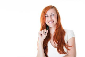 Frau im weißen Kleid lächelt in die Kamera