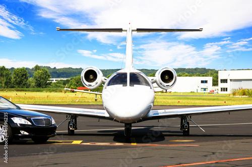 Photo sur Plexiglas Avion à Moteur Learjet und Limousine