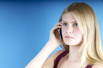 Hübsches. blondes Mädchen telefoniert