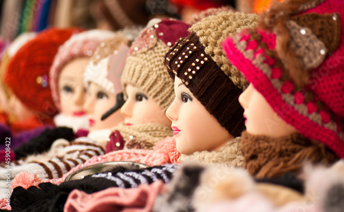 mannequin female heads on stall woollen hats FX29355
