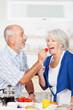 Leinwandbild Motiv älteres ehepaar beim gesunden frühstück