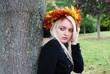 Frau am Baum im Herbst