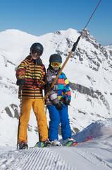 Zwei Skikids im Schlepplift