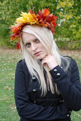 junge Frau im Herbst mit Blattkrone