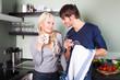 junges Pärchen in Küche beim flirten und abtrocknen