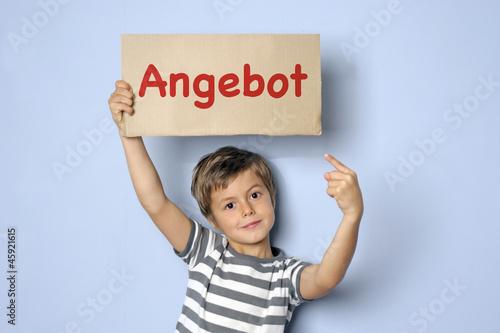 Kind macht mit einem Schild ein Angebot