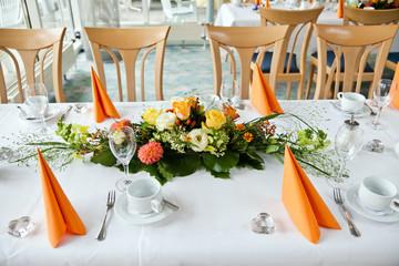 Gedeckter Tisch mit Blumendeko