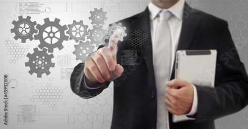 Homme avec une tablette numérique touchant un écran tactil