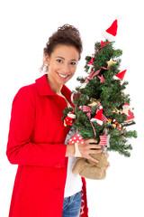 Hübsche junge Frau mit Tannenbaum