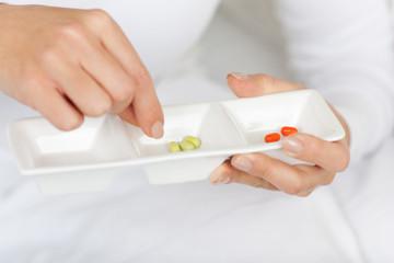 frau nimmt tabletten