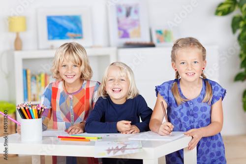 drei mädchen malen