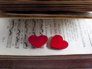 livre ouvert roman d'amour coeurs rouge