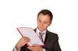 Mann mit Hinweismappe (freigestellt)
