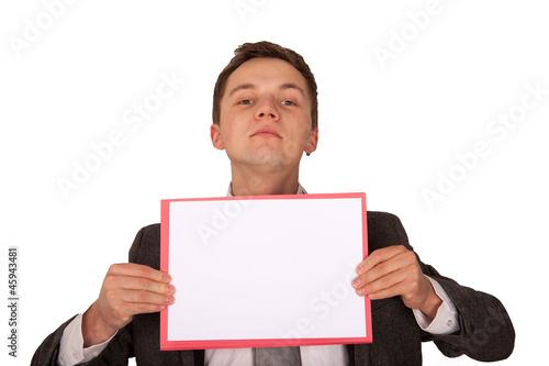 Mann mit Hinweismappe vor Körper (freigestellt)