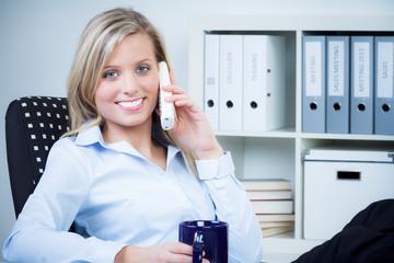 angestellte telefoniert entspannt bei einem kaffee